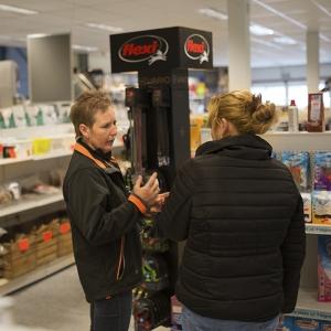 winkelmedewerker met klant in Plaizier